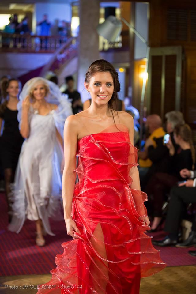défilé robe rouge